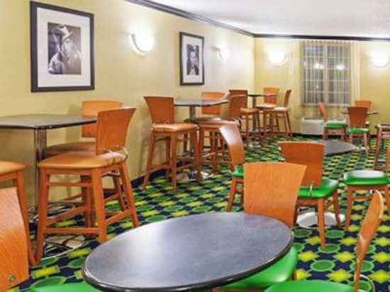 La Quinta Inn & Suites Tulsa Central: LQ Breakfast Area