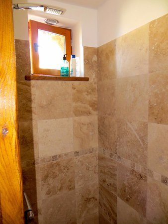 Normandy Beach B & B: Shower en-suite
