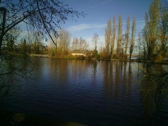Ardres, Frankrike: Le sentier sur le lac...