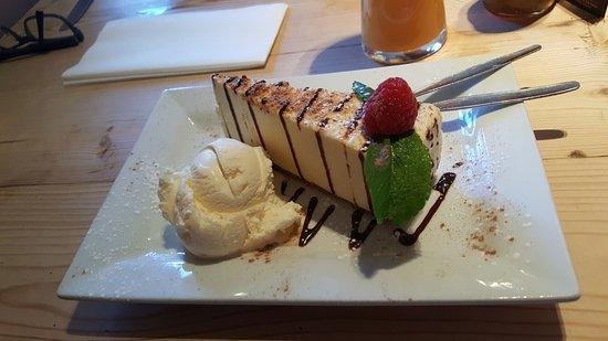 Woodbridge, UK: White chocolate cheese cake