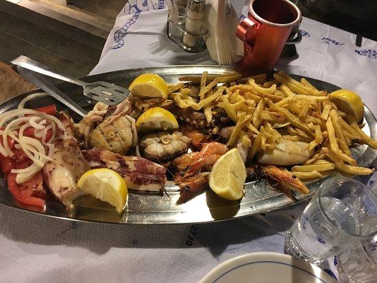 Agia Anna, اليونان: Grigliata mista di pesce con patate fritte