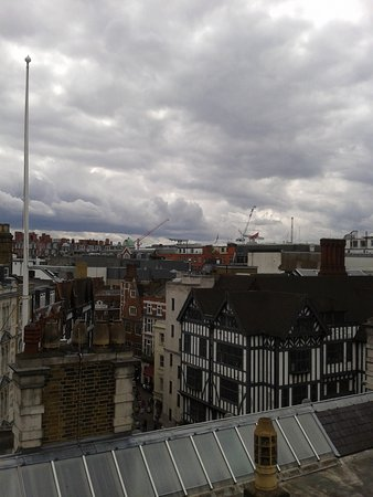 Courthouse Hotel: Terrazza Soho Sky Lounge bar: vista sui tetti di Londra e su liberty.