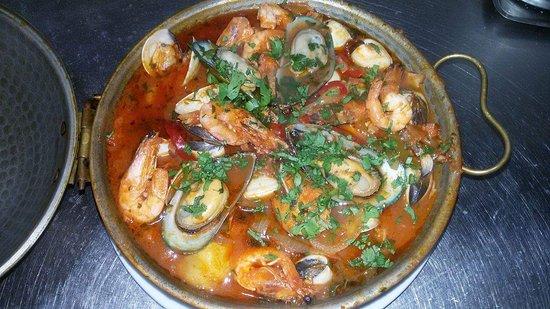 Splendidstreet: Cataplana the local seafood speciality