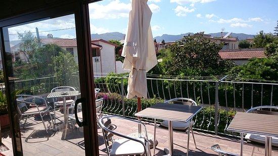 Capoterra, Italien: Fronte strada,  terrazzo primo piano e giardino.