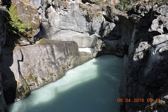 Nairn Falls Provincial Park: 前方的水是從右下方洞出來的