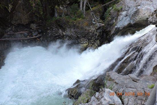 Nairn Falls Provincial Park: 瀑布水加速後再次流下二次瀑布