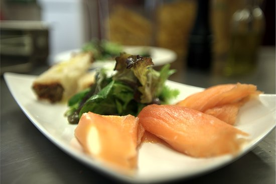 Newmarket, Canadá: Smoked Salmon with fresh boocini rolls appetizers