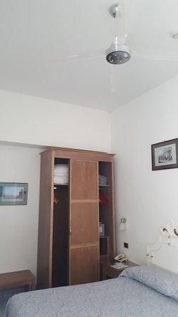 Hotel La Floridiana: Closet (Room 25)