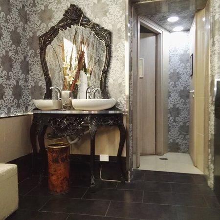 bagni e lavandini della hall - Foto di Royal Palace Luxury, Roma ...