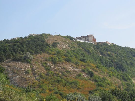 Kavarna, Bulgarien: Hotel is on top of the hill.