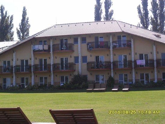 Fonyod, Ουγγαρία: Partról nézve a hotel.