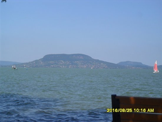 Fonyod, Hungría: Partról nézve Badacsonyi látkép