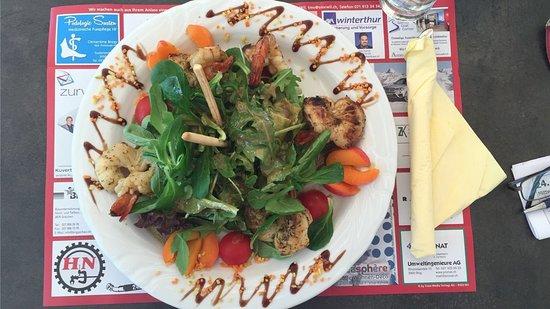 Randa, Switzerland: Bunter Salat mit Riesencrevetten
