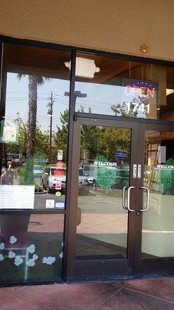Milpitas, Californien: 예쁜 실내를 엿볼 수 있는 앞모습
