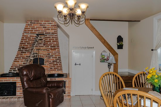 East Earl, PA: living area