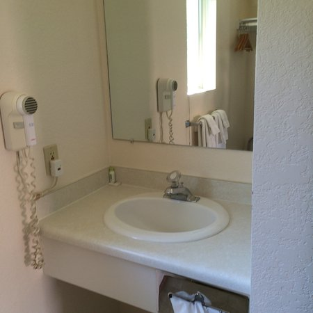Mini Golden Inns Motel: The sink was outside the toilet and tub area. Nice!
