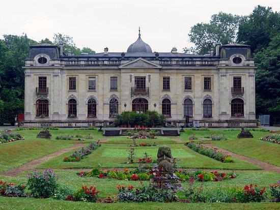 Enghien, Bélgica: Шато Ампэн в парке Ангьен