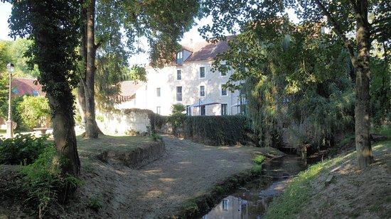 Pommeuse, Francia: Jardin, bord de rivière