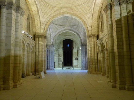 Fontevraud-l'Abbaye, Prancis: L'abbatiale de Fontevraud, en soirée