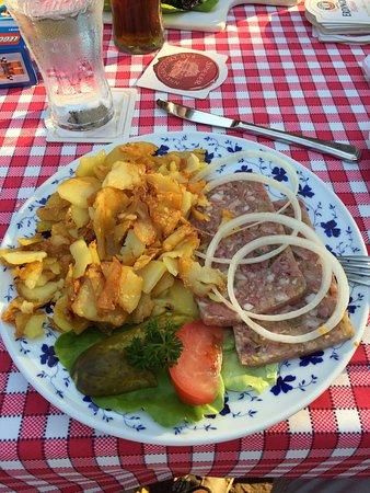 Bad Zwischenahn, Germania: Leckere Sülze mit Bratkartoffeln und Remoulade