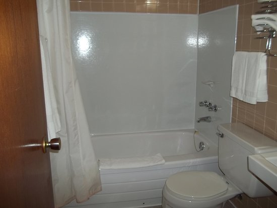 Manitowaning, Kanada: bathtub/shower in all rooms