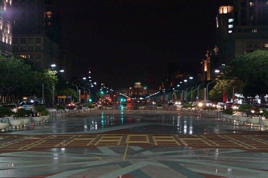 Πουτρατζάγια, Μαλαισία: вид на дворец с центральной улицы города