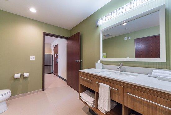 Yukon, OK: Suite Bathroom