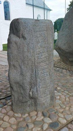 Jelling, Danmark: una de las estelas con runas