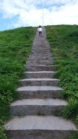 Jelling, Danmark: escaleras para subir al túmulo