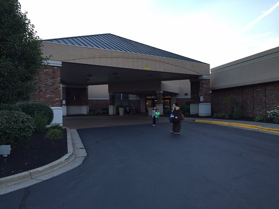 Lexington Hotel Rochester Airport: Hotel looked small from the front but is spread across a large area