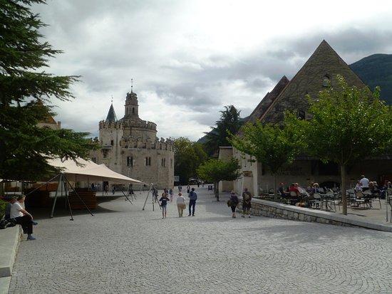 Varna, Italia: il cortile esterno con Castel Sant'Angelo e la terrazza della Mescita a destra