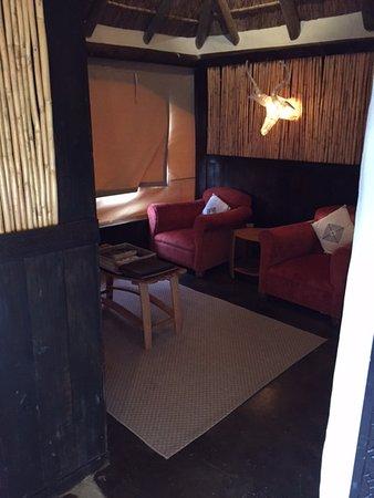 Amakhala Game Reserve, Afrika Selatan: Lounge area which has the fridge and coffee/tea facilities