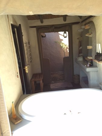 Amakhala Game Reserve, África do Sul: View of bathroom from outside with outdoor shower at the rear