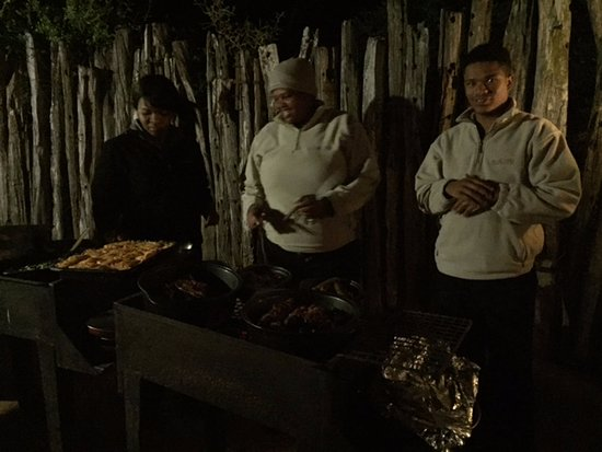Amakhala Game Reserve, África do Sul: Staff serving us BBQ at the boma