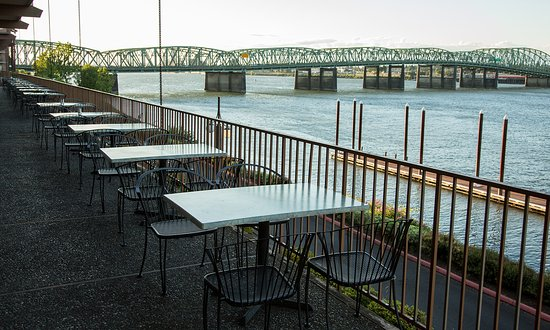 Red Lion Hotel on the River: Patio and Grill