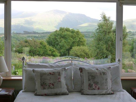 Cloghane, Irlanda: Zimmer mit Bett und Aussicht aus dem Fenster (1)