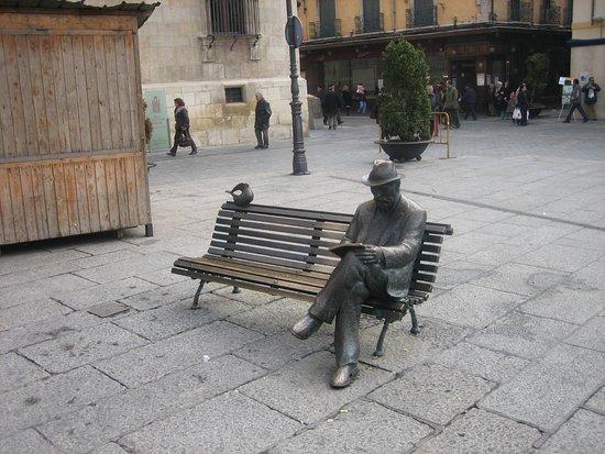 Casa Botines: Estatua de Gaudí frente al edificio.