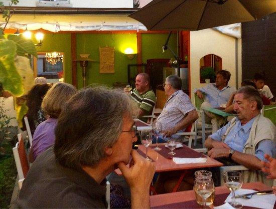 Tervuren, Bélgica: В исключительно тёплый вечер. Звучит музыка - СЕРТАКИ, конечно :-)
