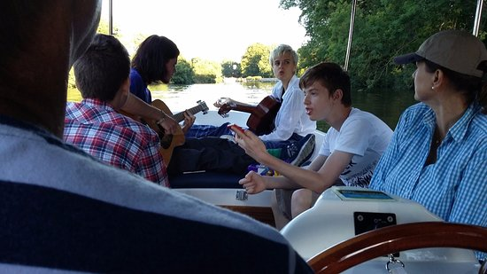 Benson, UK: Guitars, chatter, sunshine and wine. A perfect evening on the river.
