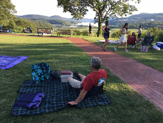 Cold Spring, État de New York : Wine and cheese on the lawn!
