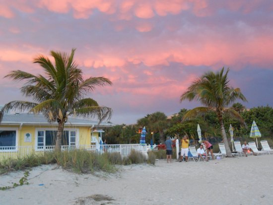 White Sands Beach Resort: Gathering to watch the sunset