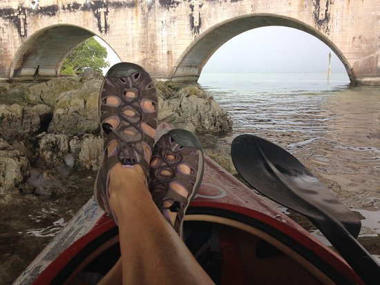 Summerland Key, Φλόριντα: Chilling under the Kemp Channel Bridge in one of Captain Markus' Kayaks