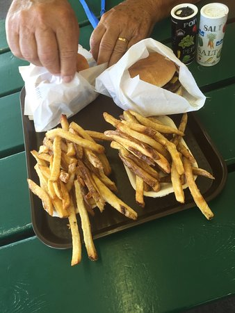 Cache Creek, Canadá: Still the best burger around Great fries great service and smiles