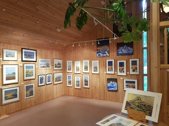 Austvagoy, นอร์เวย์: A very cozy gallery with beautiful paintings and prints from Northern Norway. Well worth a visit