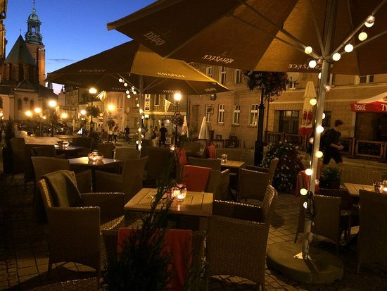 Gniezno, Polonia: TartaQ Restaurant by night