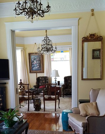 Hughes House Bed & Breakfast : Two Front Parlors