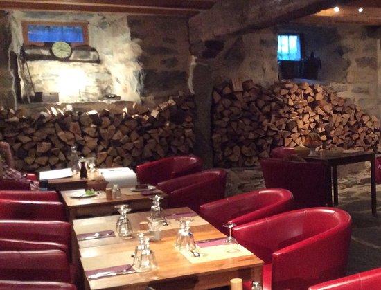 Les Estables, France: Salle de restaurant dans l'ancienne étable.