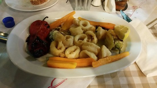 Vasilis Restaurant: Location caratteristica personale gentile cibo veramente buono...pesce fresco in più ci hanno of