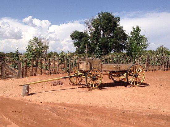 Fredonia, AZ: A carriage on display in the grounds