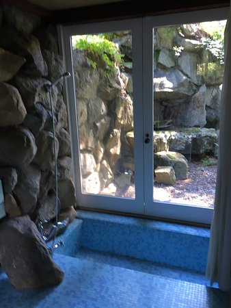 Garrison, estado de Nueva York: The doors to the shower and bath open to the outdoors to let nature in.
